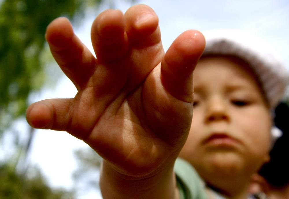 »Prinesi prst ovamo i pogledaj mi ruke! Prinesi ruku i stavi je u moj bok i ne budi nevjeran nego vjeran.«