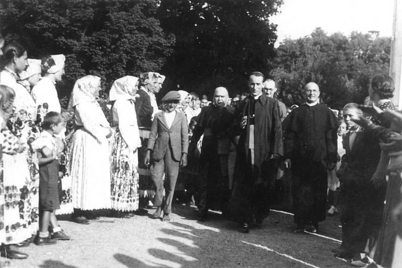 nadbiskup-stepinac-dolazi-na-euharistijski-kongres-u-petrinju-14-kolovoza-1938