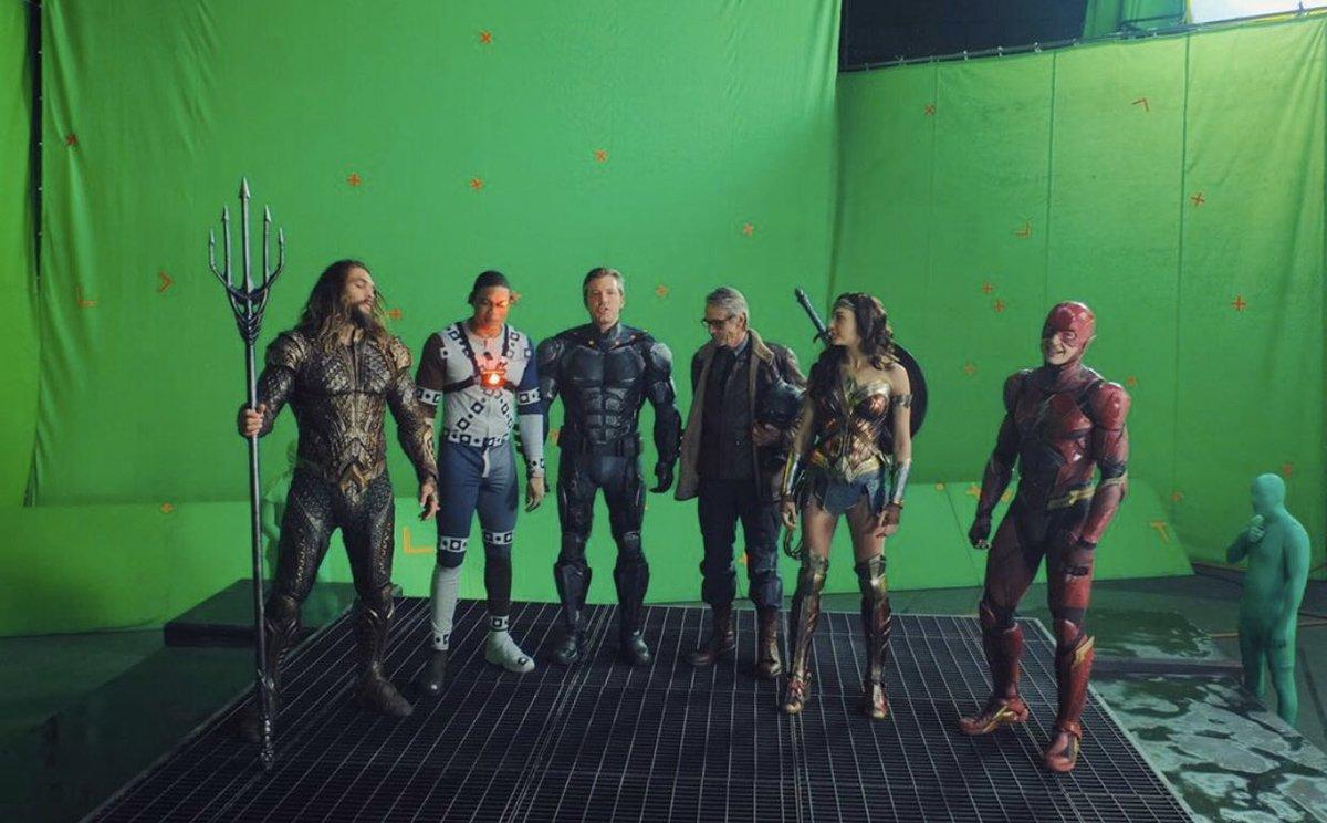 Il cast di Justice League in un teatro di posa