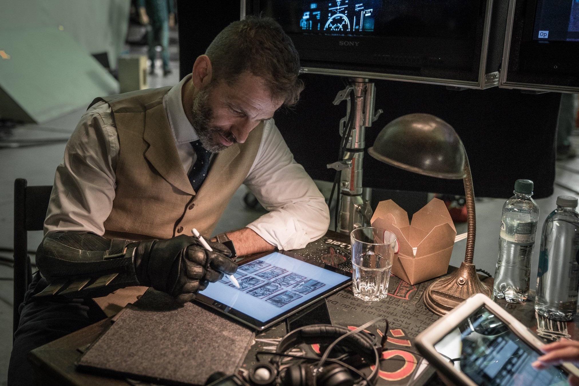 Zack Snyder visiona lo storyboard sul set