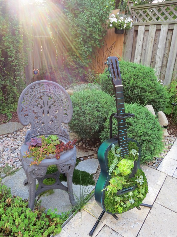 Upcycle a cast away guitar into a succulent planter | Birdz of a Feather | | upcycle | upcycling | upcycling ideas | upcycled | repurposed | repurposed items | guitar diy | planter ideas | guitar recycled | guitar ideas | succulent planter | guitar planter | succulent guitar planter #guitarplanter #upcycle #upcycling #repurposed #succulentarrangement