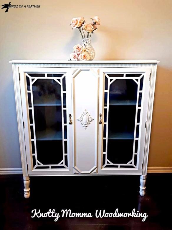 Use fusion mineral paint to transform a hutch into a china cabinet | Birdz of a Feather | china cabinet makeover | china cabinet redo | painted furniture | DIY | DIY furniture projects | fusion mineral paint | fusion mineral paint furniture #birdzofafeather.ca #knottymommawoodworking #fusionmineralpaint #diy #diyfurniture #paintedfurniture