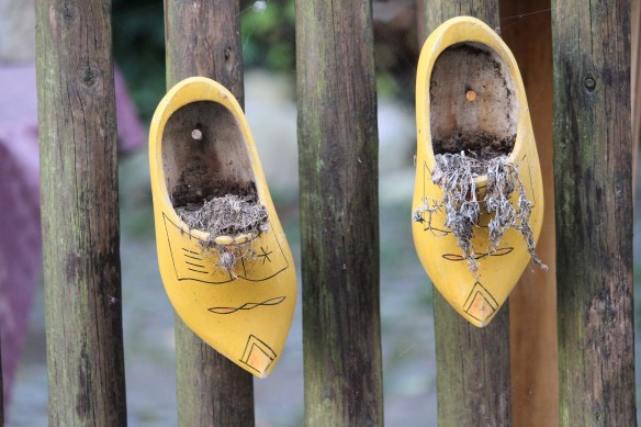 wooden-shoes-4521169_1920