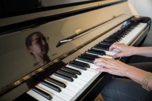 Birgit Grandl an ihrem Klavier im Praxisraum in Klosterneuburg
