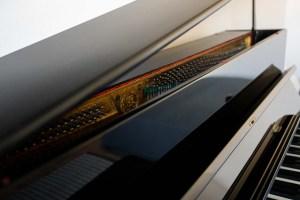 Klavierdetail im Praxisraum von Birgit Grandl