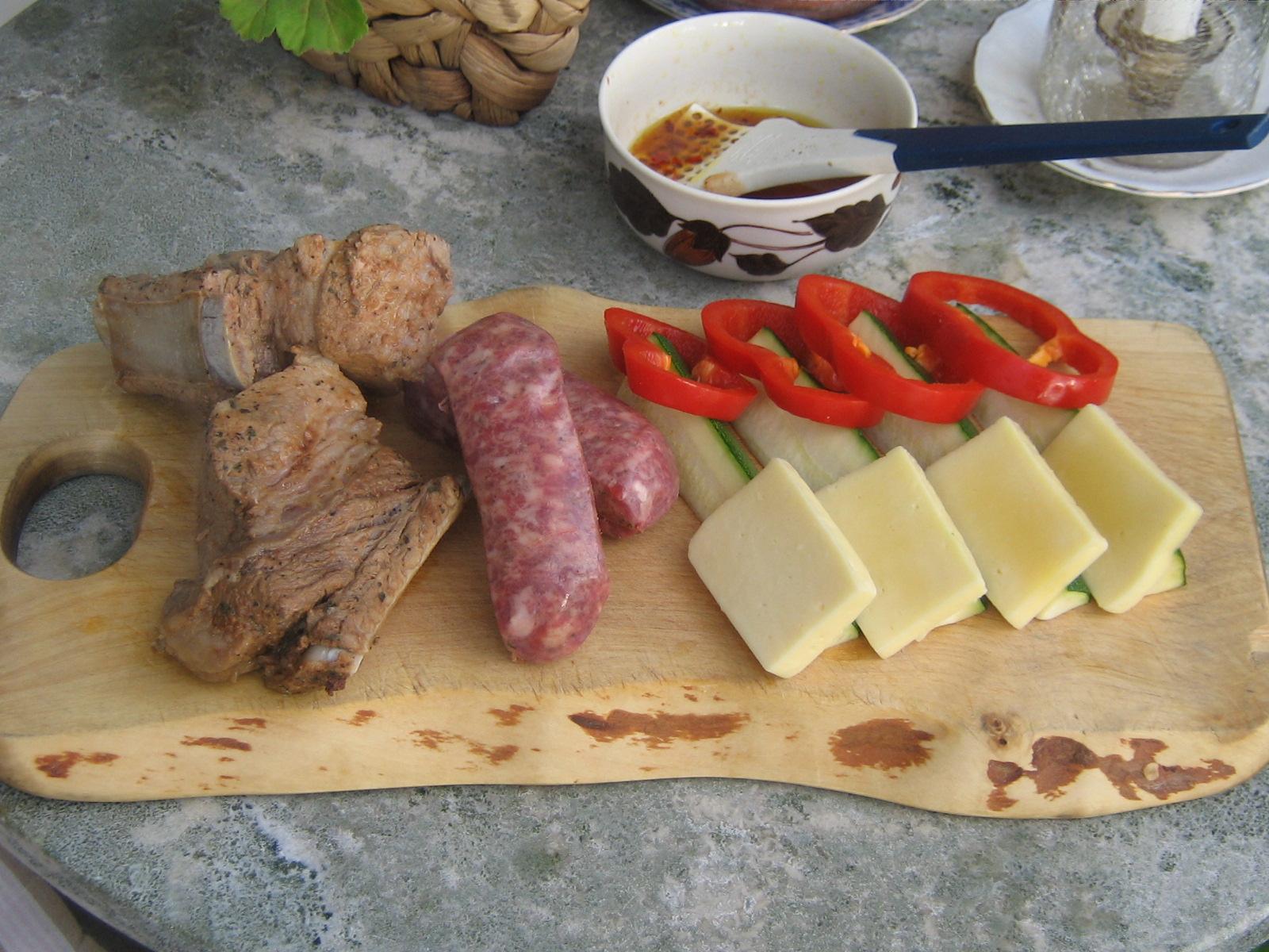 Marinerade, kokta Revbensspjäll med tillbehör, färdiga för grillen