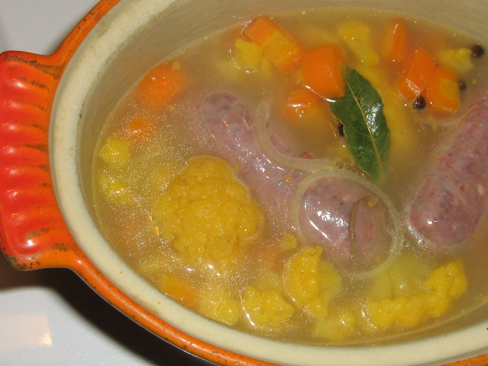 Köttkorv sjuden med Morot, Blomkål, Cider, Lagerblad och Kryddpeppar