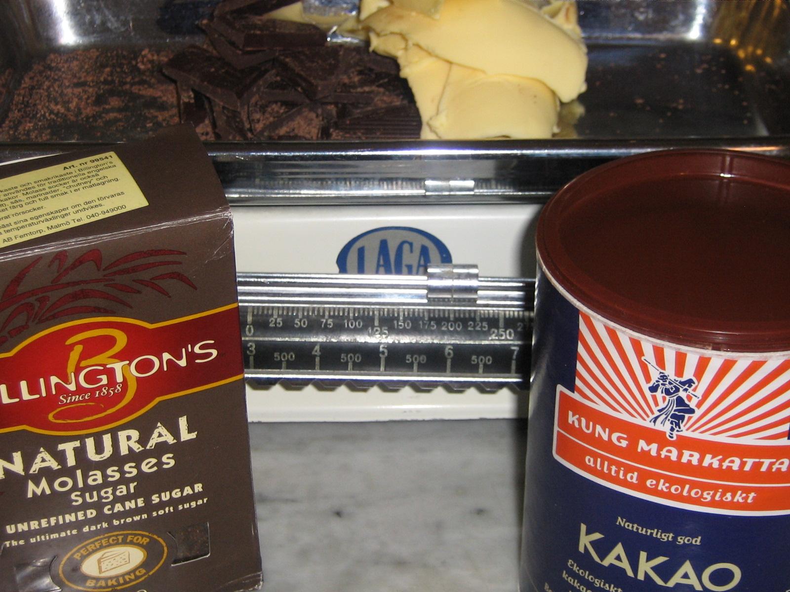 Oraffinerat Råsocker, Kung Markattas Kakao, Valio's Smör och 70%-ig Choklad blir en god Kladdkaka
