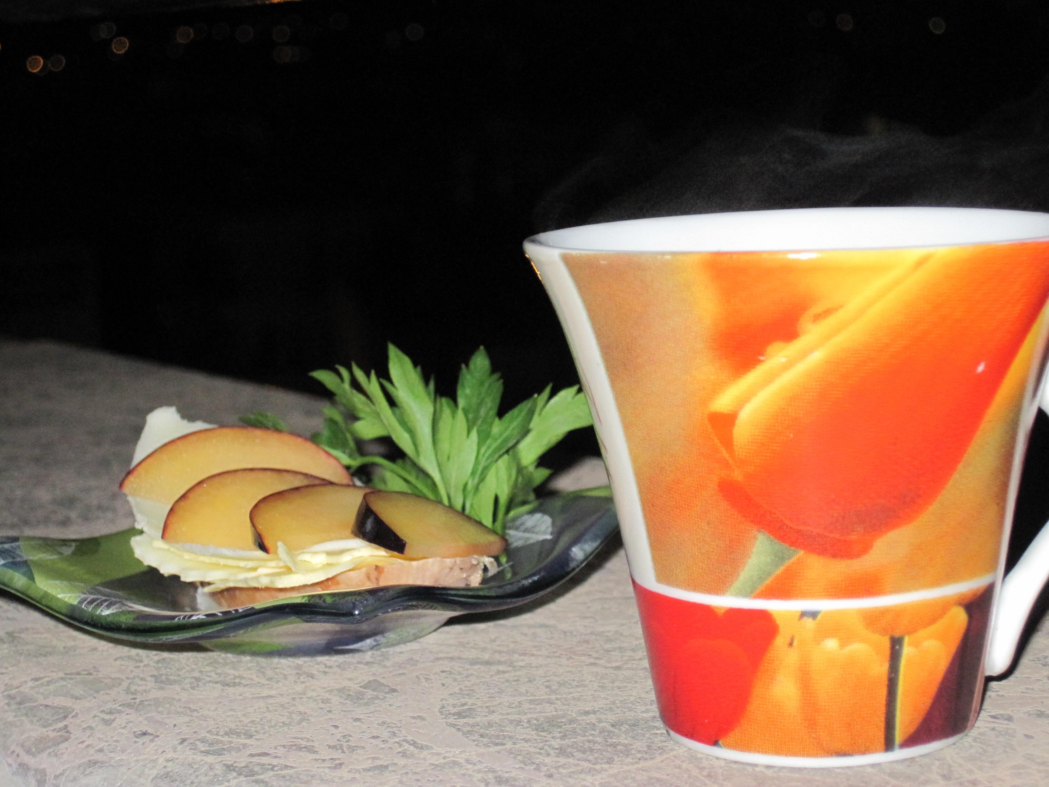En kopp kaffe med Rimmad Kyckling, Smör och Ost. Plommon är gott till