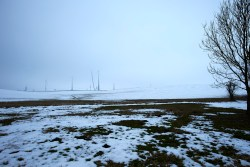 Bild: Noch eine Baustelle - Windräder unter Regenwolken bei Eisleben am frühen Morgen des 05.04.2013. Klicken Sie auf das Bild um es zu vergrößern.