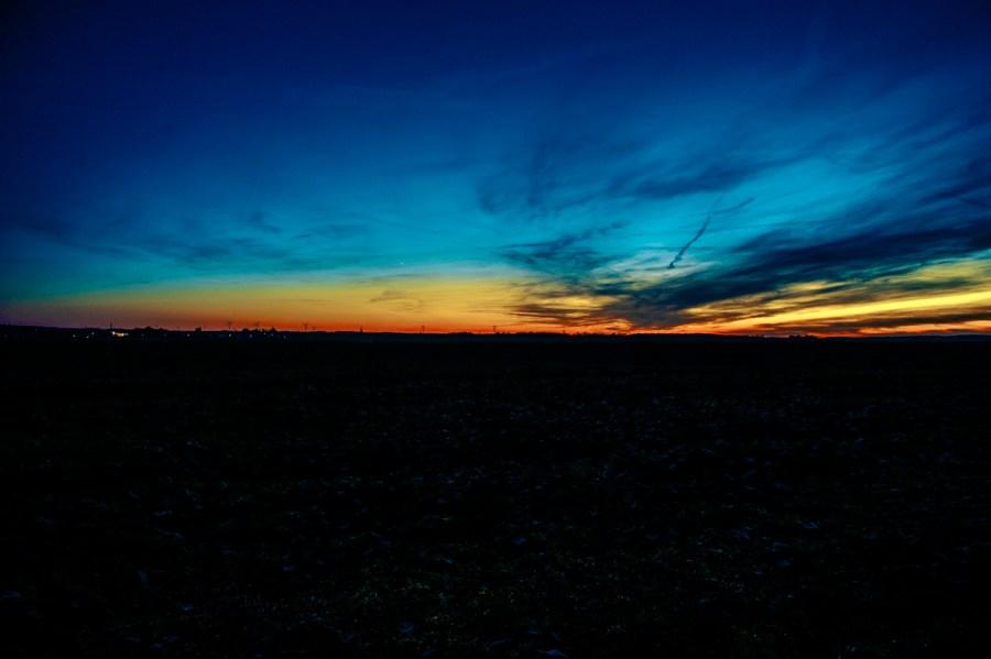 Bild: Sonnenuntergang über Quenstedt im Landkreis Mansfeld-Südharz. NIKON D700 mit AF-S NIKKOR 24-120 mm 1:4G ED VR. ISO 200 ¦ f/11 ¦ 24 mm ¦ 1.3 s ¦ kein Blitz. KODAK Kodachrome 25. Klicken Sie auf das Bild um es zu vergrößern.