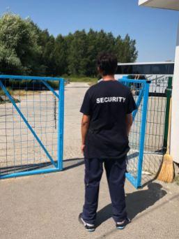 Das Gelande wird gut von Security-Leuten bewacht, jedes Auto wird kontrolliert