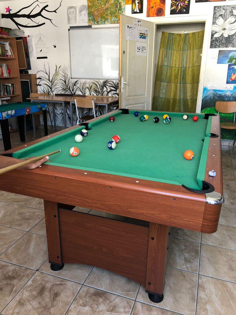 Es gibt mehrere Beschäftigungsmöglichkeiten, zum Beispiel das Billiardspielen