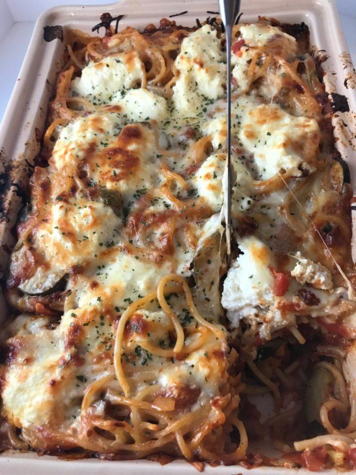 Slicing in to Vegetarian Baked Million Dollar Spaghetti #vegetarian #comfortfood #vegetariancasserole #spaghetti #milliondollarspaghetti #makeaheadmeal #freezermeal #vegetarianfreezermeal #kidfriendly
