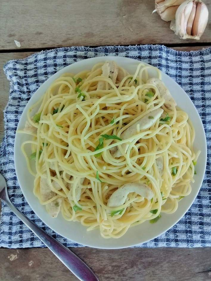 Garlic chicken with pasta: garlic and green chilli comes together in this chicken with pasta dish, a pleasing light dish.