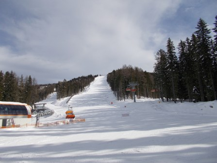 6-seat chairlift with the black Diretissima ski slope.
