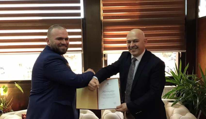 Abdurrahman ef. Bejtullahu shpërblehet me mirënjohje nga kryetari i Gjakovës, Ardian Gjini