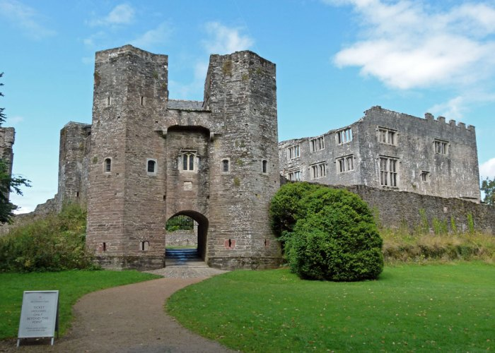 Berry Pomeroy Castle, gatehouse, curtain wall, mansion, Devon, haunted
