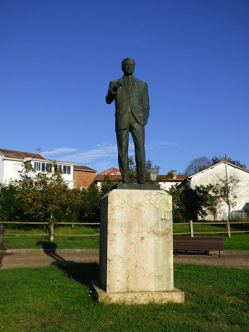 800px-Monumento_a_Arturo_Fernandez_en_Priañes,_escultura_de_Santiago_de_Santiago_1999