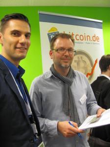 Auch wir waren vor Ort. Unsere Live-Verifizierung fand regen Zulauf. Hier lässt Stanislav Wolf seinen account bei Bitcoin.de bestätigen. Er hat mit Julian Schneider, Christian Kammler und Adrian Hotz die Konferenz organisiert. Danke!