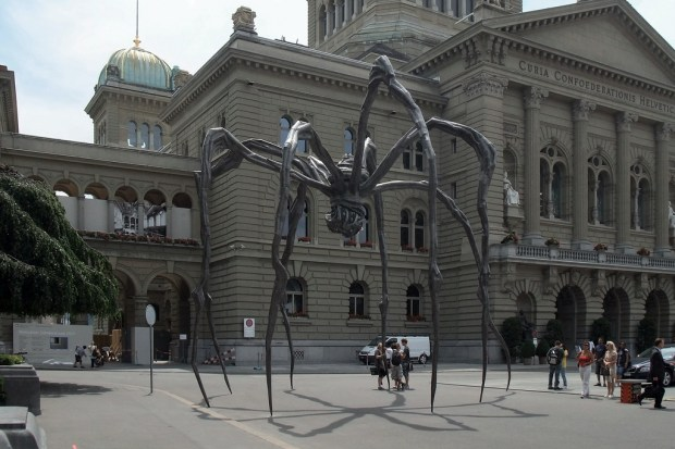 """Maman vor dem Bundeshaus in Bern. Die zehn Meter große Bronze-Skulptur von  Louise Bourgeois stand 2011 für knapp zwei Monate vor dem Sitz der Schweizer Regierung. Eine hübsche Panoramaaufnahme gibt es bei <a href=""""http://www.blick.ch/news/schweiz/vorsicht-monster-spinne-maman-erobert-den-bundesplatz-id76363.html""""; Blick.ch. Foto: Kecko auf flickr.com. Lizenz Creative Commons 2.0"""