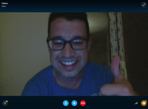 Für einen Skype-Screenshot hat sich Danny noch ein T-Shirt übergeworfen