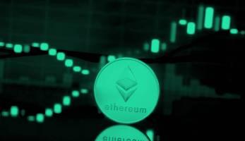 Der Ethereum (ETH) Preis steigt und fällt. Auf dem Bild ist ein Ethereum Coin zu sehen und Preiskerzen im Hintergrund.