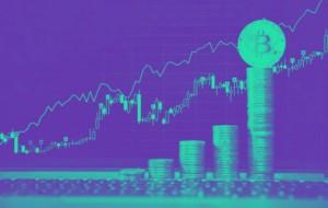 Bitcoin Kurs steigt stark im Preis und kann Kursgewinne verzeichnen. Das Bild zeigt eine Preiskurve sowie gestapelte Bitcoins.
