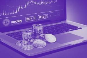 Bitcoin Münzen auf Laptop gestapelt mit Screen im Hintergrund der Sell or Buy anzeigt