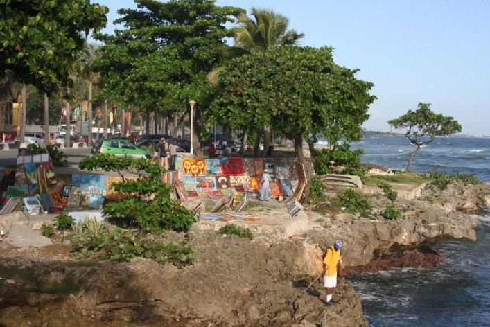 Life Bites en espanol. Photo: venta de cuadros en el malecon de Santo Domingo, Republica Dominicana