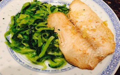 Zucchini noodles with fish in ginger sauce