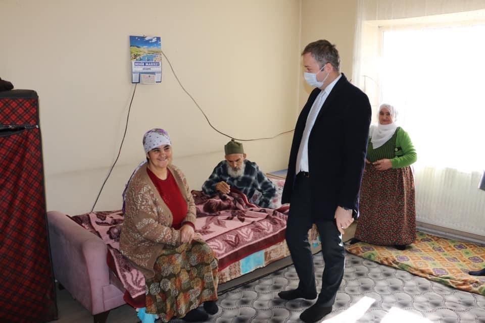 Hizan Kaymakamı Yelek hasta vatandaşların taleplerini evlerinde dinliyor