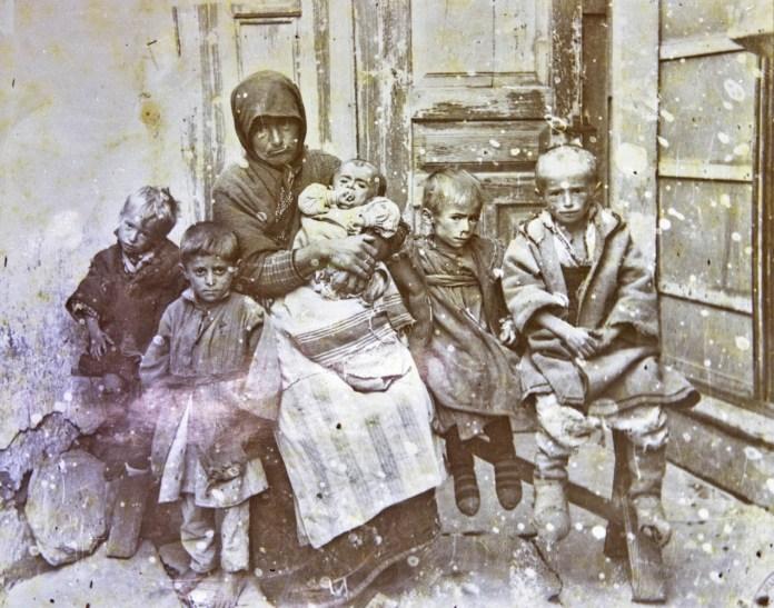 Мајка со прегладнети деца во Битола за време на Првата светска војна - фото Манаки