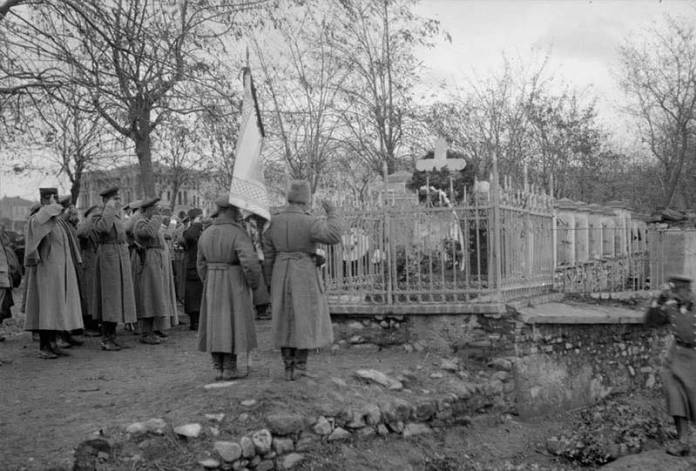 Bitola - 1916/17 - Russian soldiers pay tribute to the memorial dedicated to the Consul Alexander Arkadievich Rostkovsky