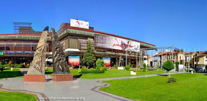 Локацијата денес - десно од споменикот е видлив помало спомен обележје за Стариот театар