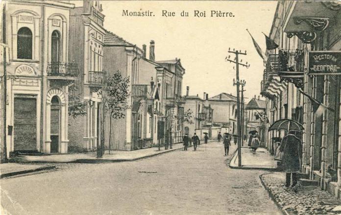 """Широк Сокак 1921 г. Десно е реторанот Београд апосле улицата (денес Виенска) е хотелот """"Балкан"""". На левата страна е улицата Рузвелтова."""