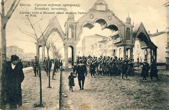 Српската воена музика поминува под Триумфалната Капија на Решад V за време на Божиќните празници 1913 година