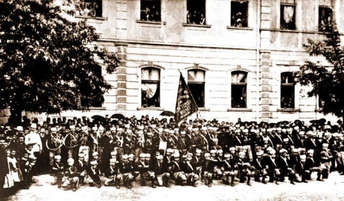 "Гимнастичко друштво ""Пелистерски јунак"" Битола 1909 год. сликано пред денешното О.У. Кирил и Методиј"