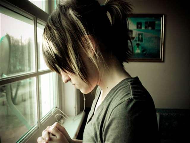 窓際で元気がない女の子