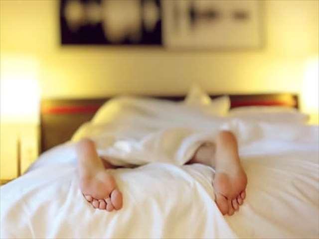 ベッドから出ている足の裏