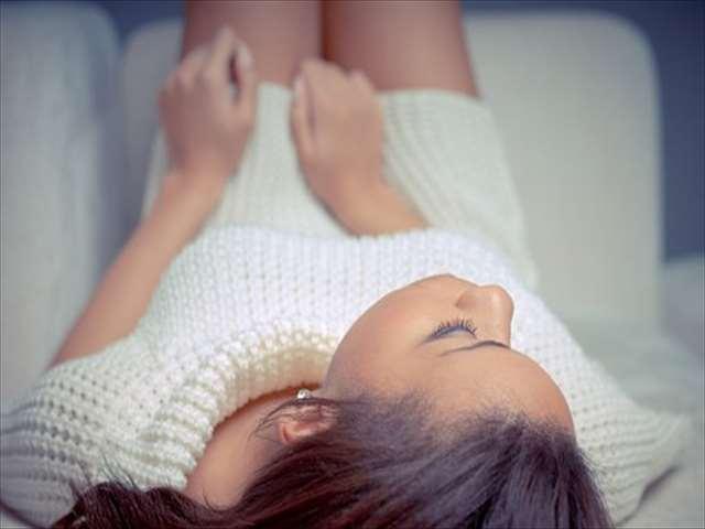 白いセーターの女性