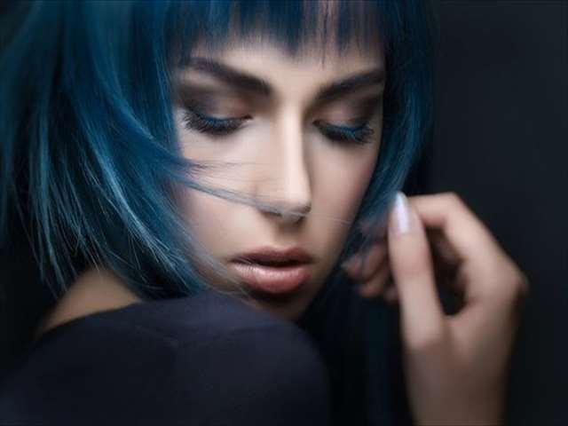 ブルー女性