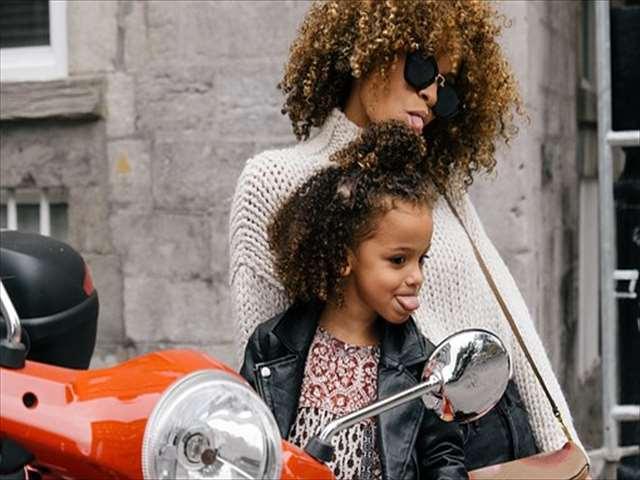 舌を出した親子とスクーター