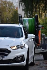 Bil framför trailer med mätningssystem för borrhål