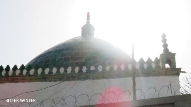The crescent moon and star symbol has been removed from the mosque in Aletun village of the Huicheng township in the Yizhou Area of Kumul.