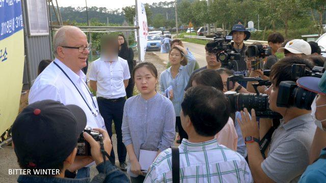 Journalists approach Mr. Zoehrer