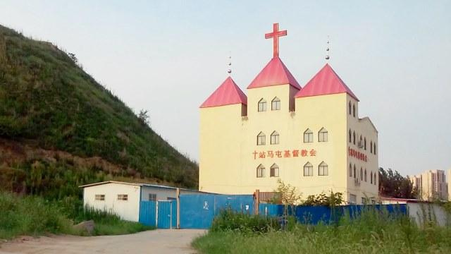 The original appearance of Zhanmatun Christian Church in Guancheng Hui district, Zhengzhou city, before its cross was forcibly removed.