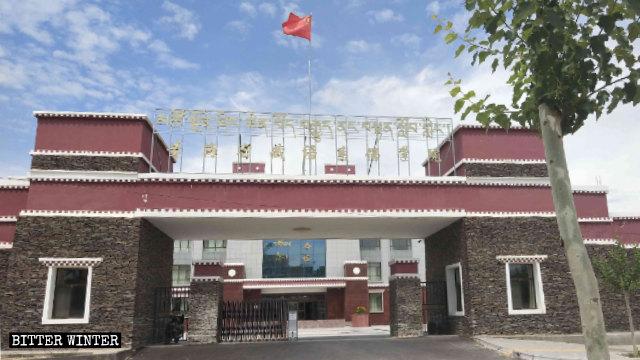 国旗飘扬在青海藏传佛教学院的大门口。
