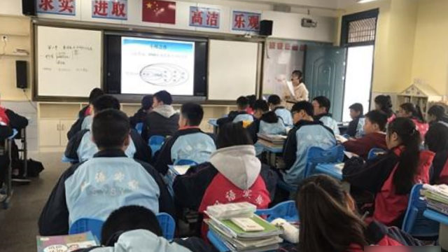 A biology class in a middle school in Jiangxi Province.