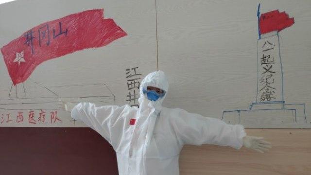 """来自江西省的医务人员派员前往该病毒开始的城市武汉的一家模范医院提供帮助,在井壁上装饰了井冈山的图像,以表明他们传递""""井冈山精神""""的决心。"""